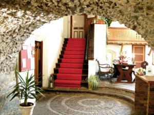 Eintreten in den romantischen Innenhof